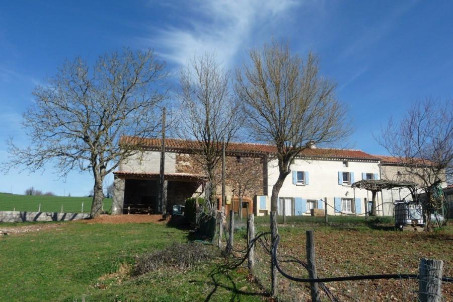 Dans les Monts d'Alban, maison isolée dans un environnement vallonnée.