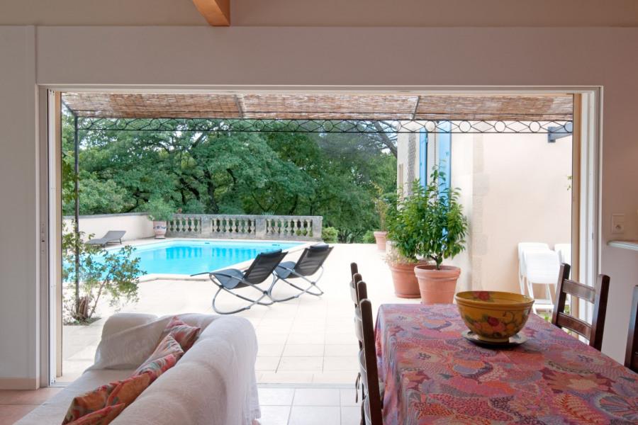 Vue sur la terrasse et la piscine. A droite, le Mas principal.