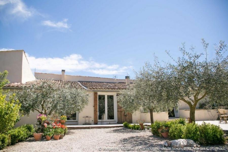 Bâtisse provençale du 19ème (ancienne magnanerie) située au calme à 3 km du village avec belle vue dégagée sur les Ma...