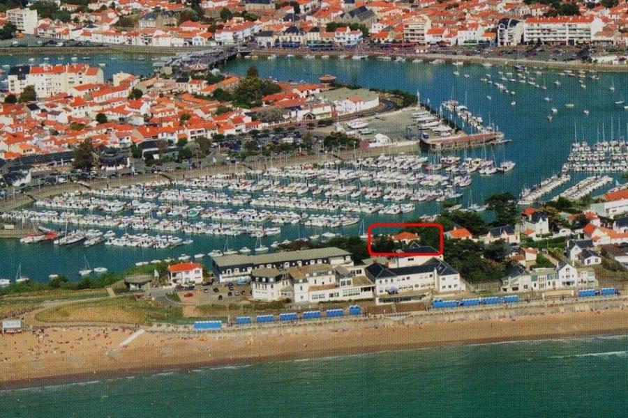La villa dans un parc arboré à 50 m de la plage et vue sur le port de plaisance