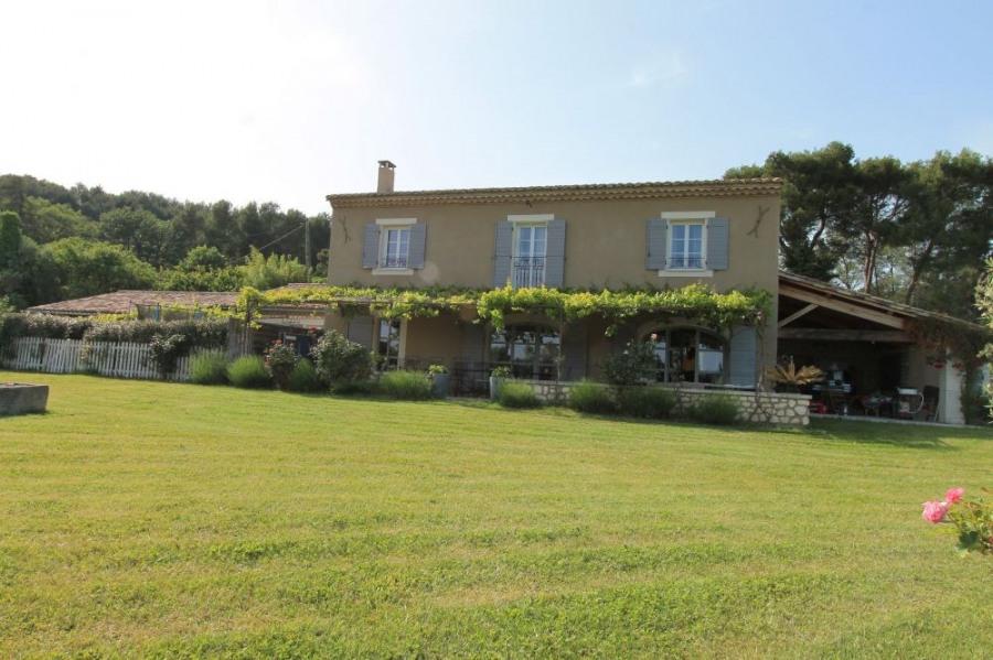 Mas Carla est une belle maison de vacances provençale de 250 m² qui se trouve à la porte de Saint Remy de Provence, s...