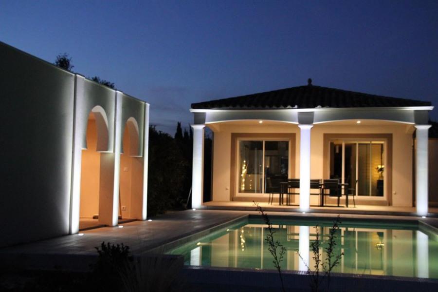 Terrasse piscine et à gauche espace détente/jacuzz
