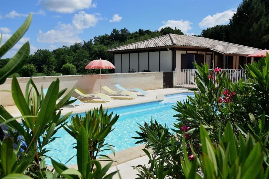 Sud Périgord, gite 95m², piscine privative chauffée et tennis privé.