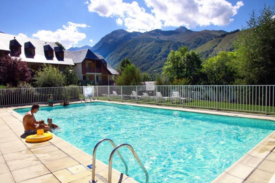 Sur les bords du lac de Génos, à proximité du Centre Thermo Ludique Balnéa, La Soulane est une résidence accueillante...