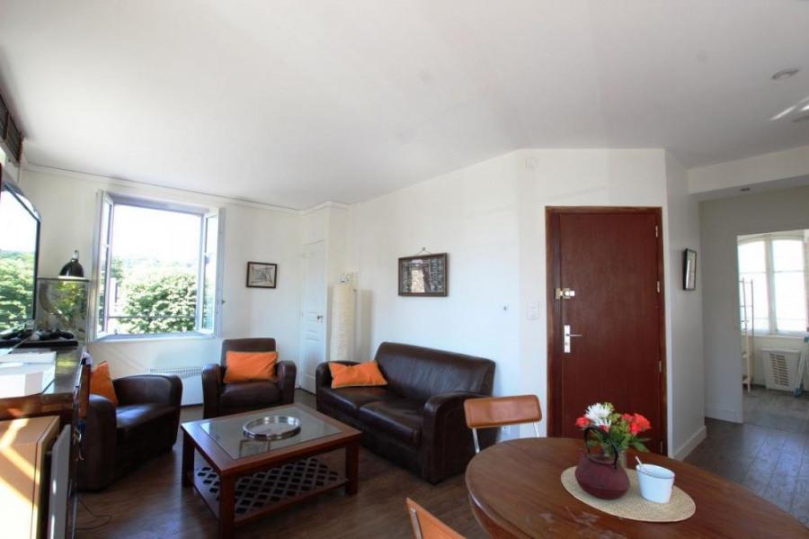 Au premier, appartement tout confort à l'esprit colonial bénéficie d'un très bon ensoleillement et les grandes fenêtr...