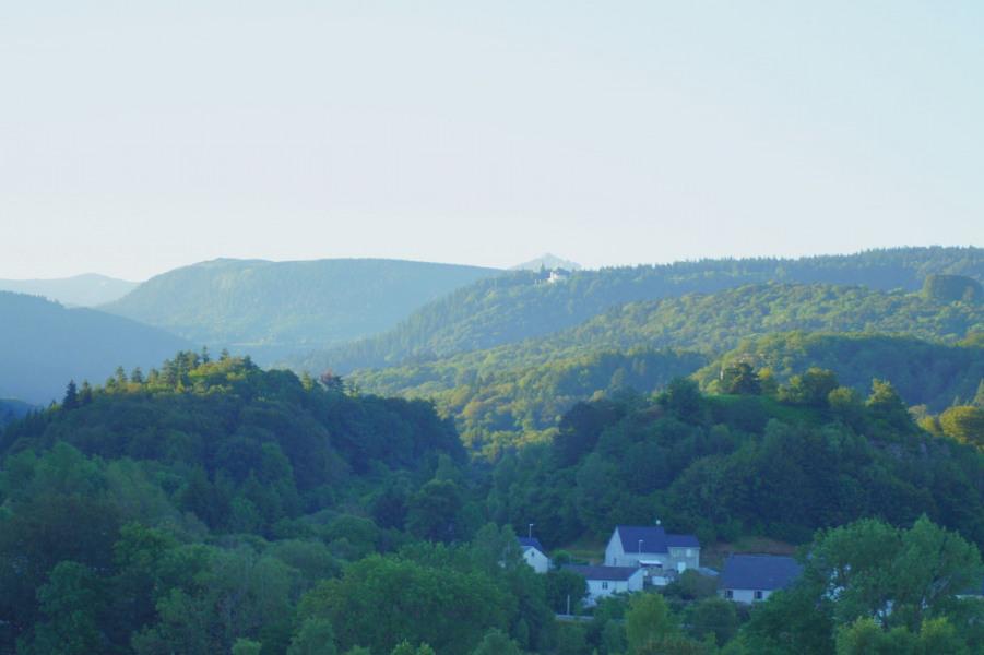 Vue du terrain sur le Puy de Sancy (située à 15 km, point culminant 1886 m)