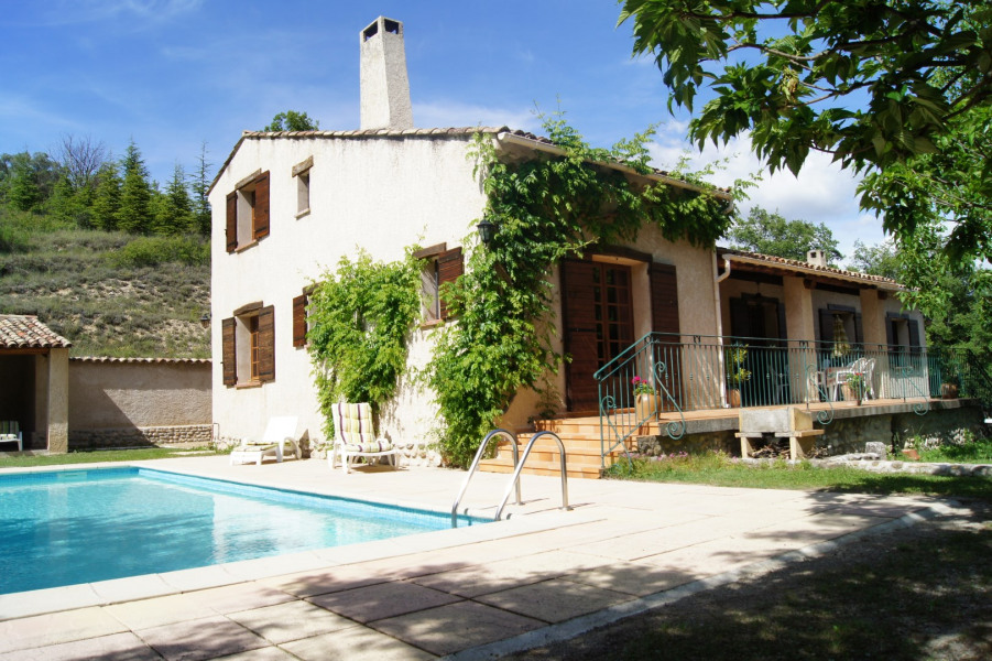 Vue de la villa avec piscine
