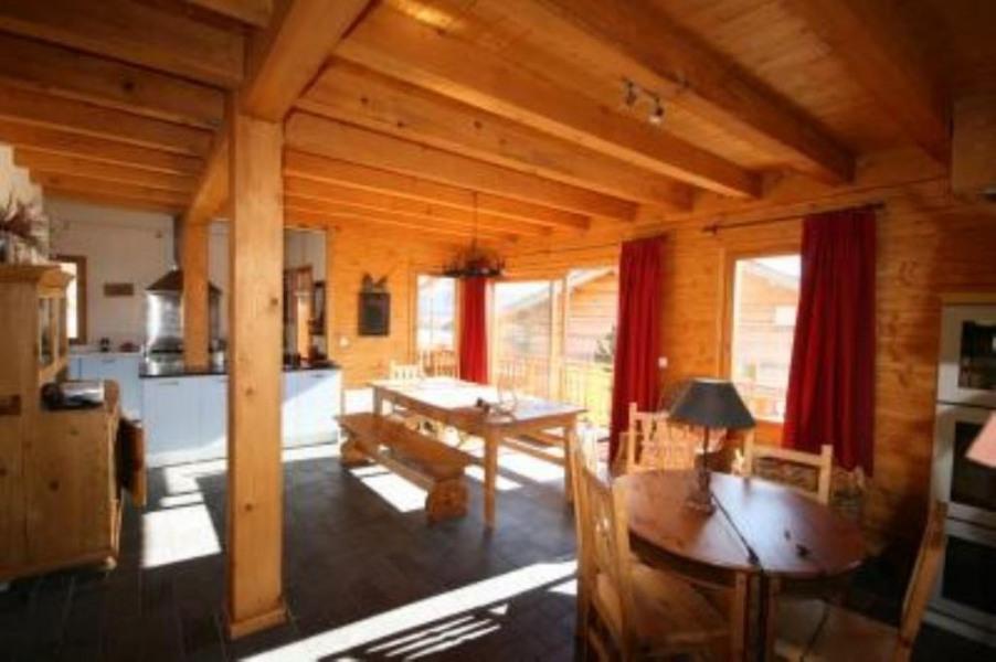 intérieur vue du salon sur la salle à manger et au fond la cuisine