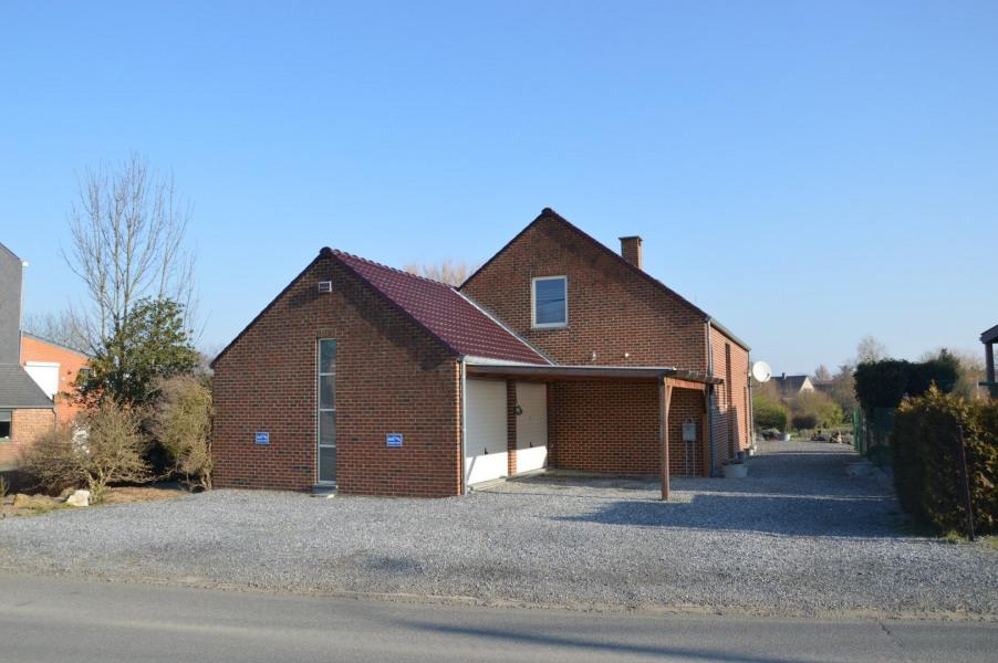 Belle maison récente en retrait d'une petite route de campagne pour 6 personnes et à 500 mètres du centre du village ...