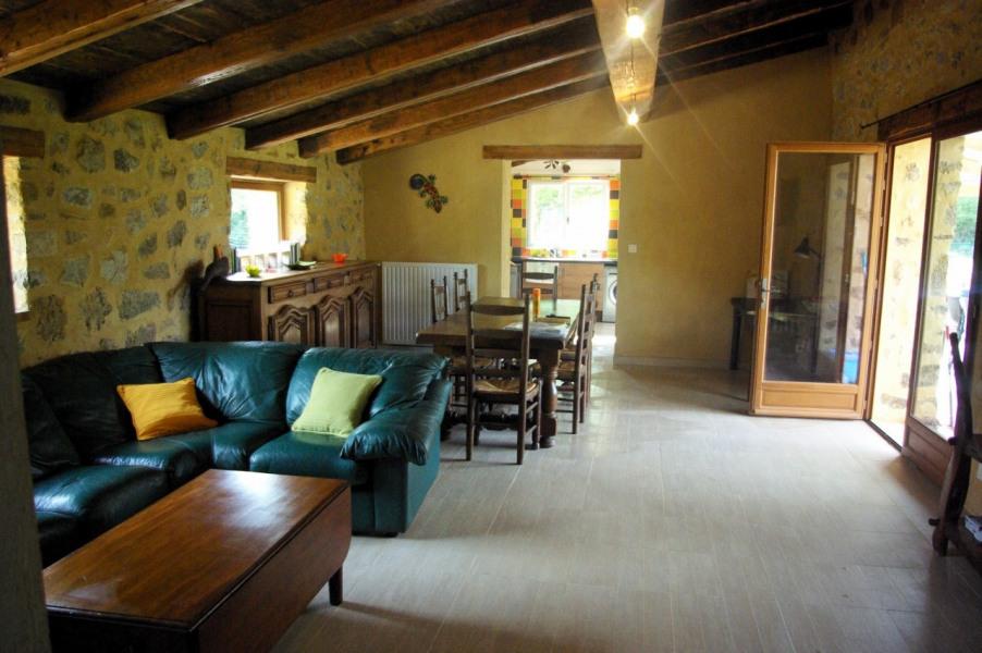 salon/salle à manger donnant sur terrasse, au fond la cuisine
