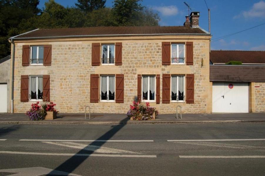 Gîte n°157 à Lumes - à 5 Km de Charleville-Mézières. Maison de caractère comportant le logement du propriétaire.
