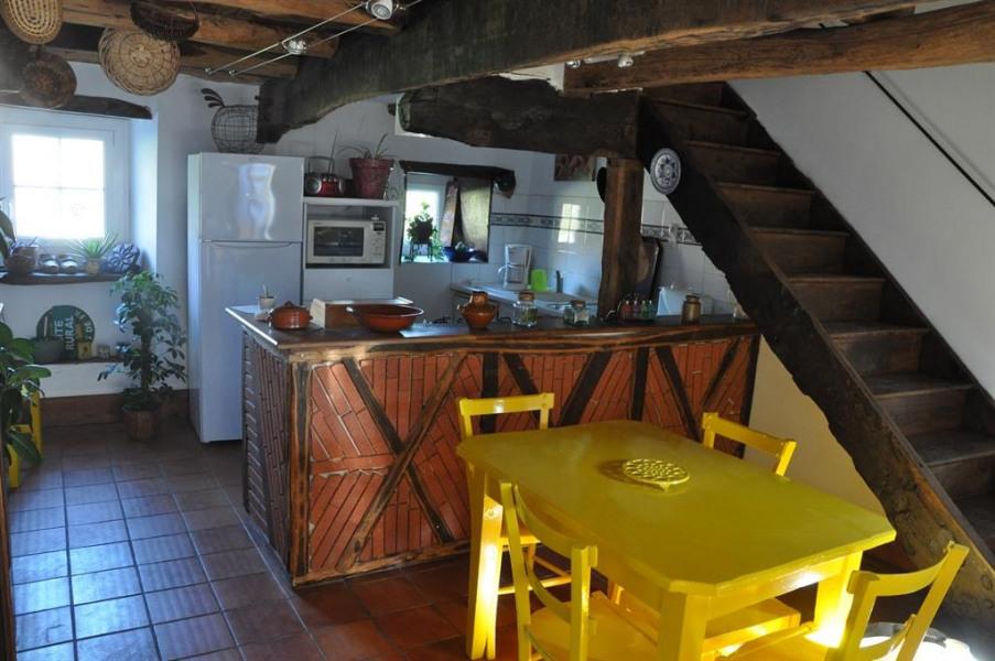 une cuisineaménagée dans l'ancienne étable