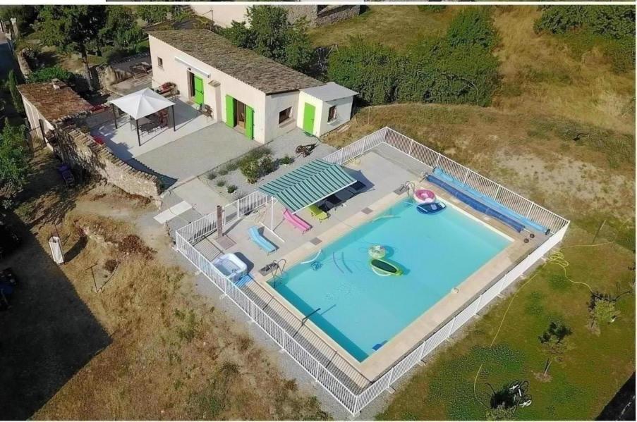 Maisonnette, terrasse et piscine