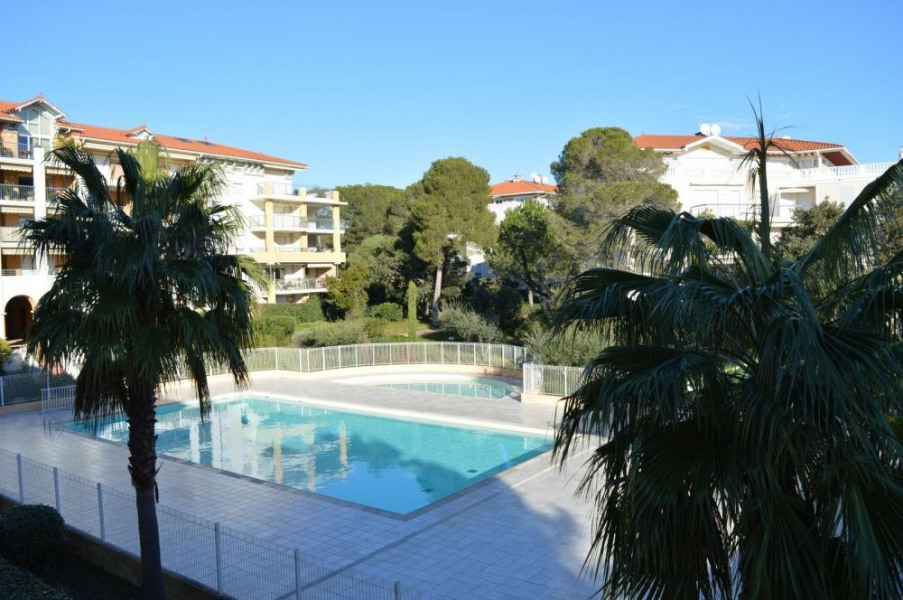 Les Plus de cette location en bord de mer : une grande terrasse et deux petites, une belle piscine dans la résidence ...