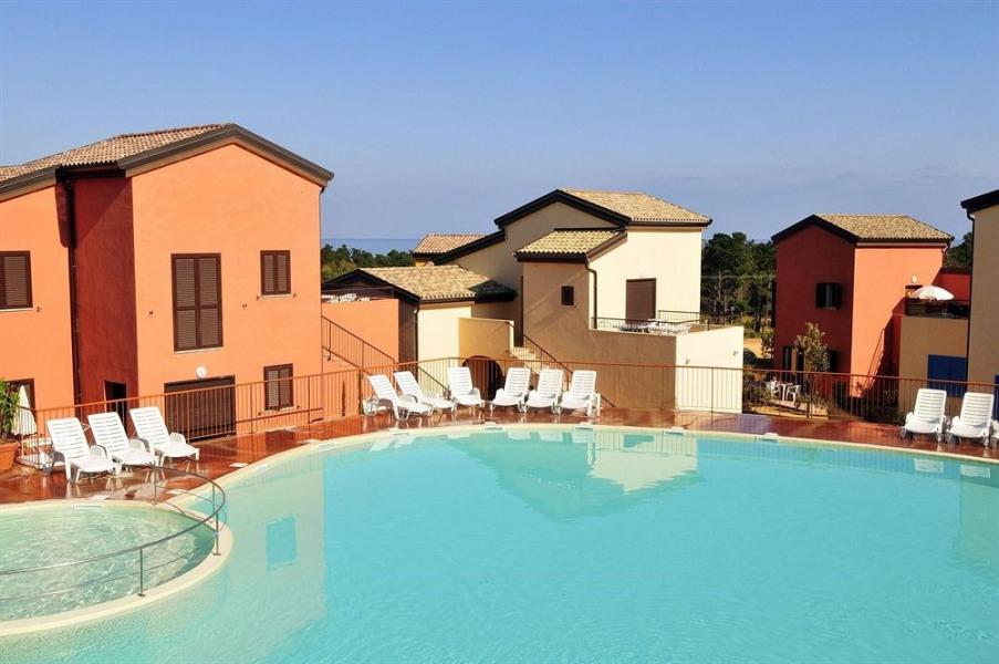 Appartement T2  situé dans une résidence avec piscine à 500 m de la plage de Lozari à proximité de l'île-Rousse.