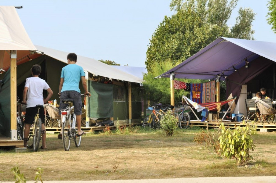 Flower Camping Les Ilates, 69 emplacements, 134 locatifs