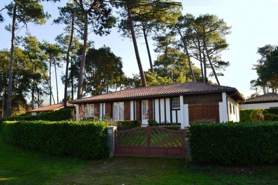 Villa de 80 m² environ pour 6 personnes, situé à 2000 m des plages et à 300 m des commerces, le quartier boisé de Bou...