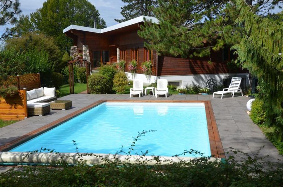 le chalet et sa piscine