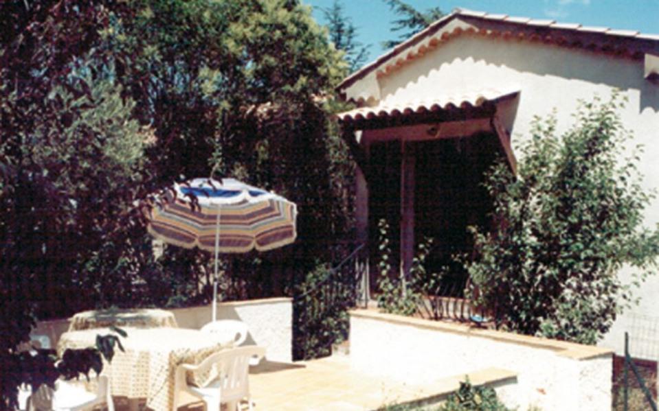 Dans village provençal typique, sur un pré arboré privatif, petite maison claire et ensoleillée mitoyenne sur l'arriè...