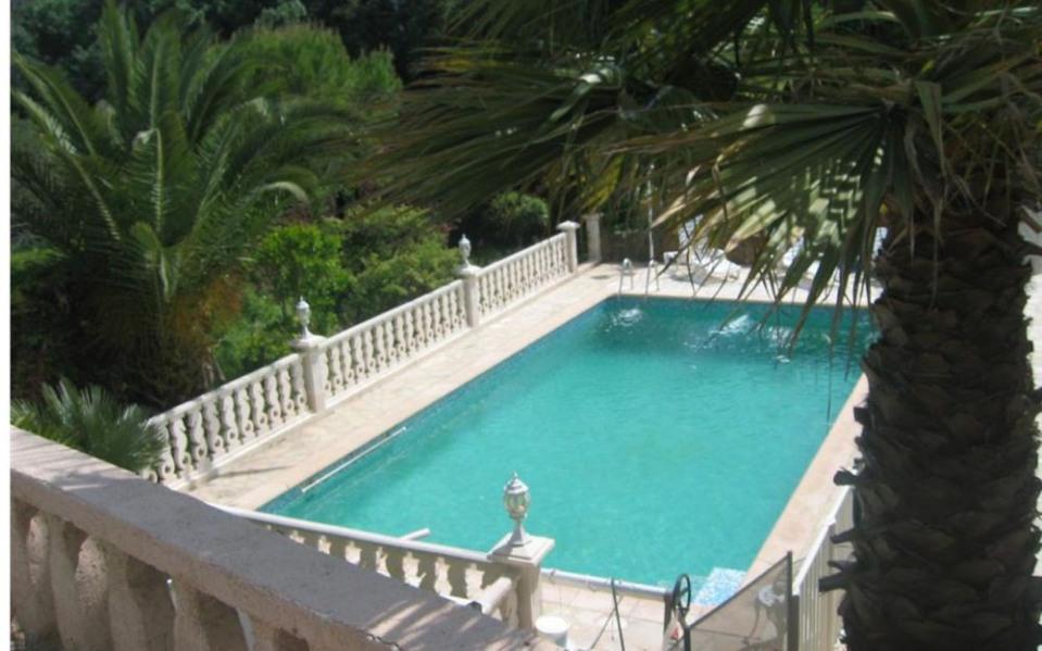 Gîtes de France Grande Villa avec Piscine. Au calme à 500 m du village grande villa adossée sur une propriété en pent...