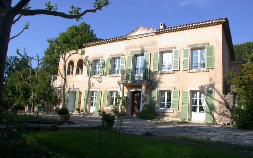 Au calme, au sommet de la colline, gîte décoré avec goût, en rez-de-chaussée de la bastide provençale habitée par le ...
