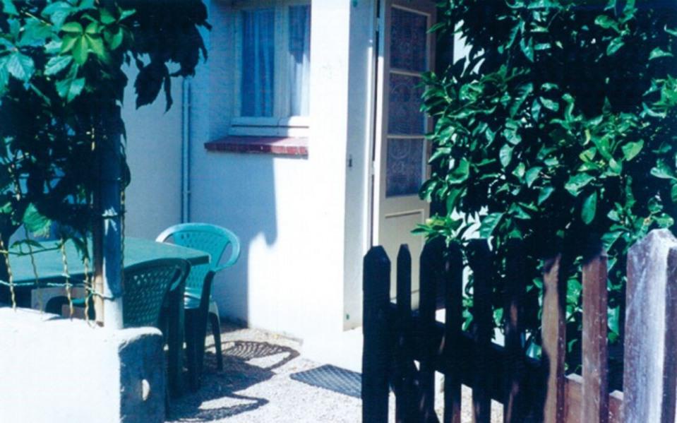 Location vacances Six-Fours-les-Plages -  Gite - 2 personnes - Salon de jardin - Photo N° 1
