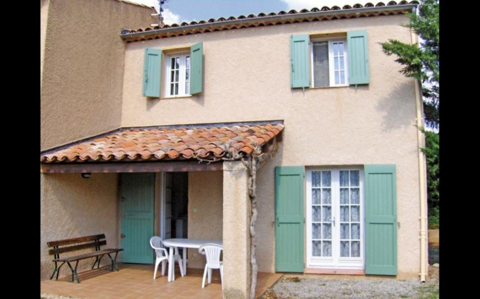 Les Romarins, maison mitoyenne jumelée à 100 mètres du village typiquement provençal.