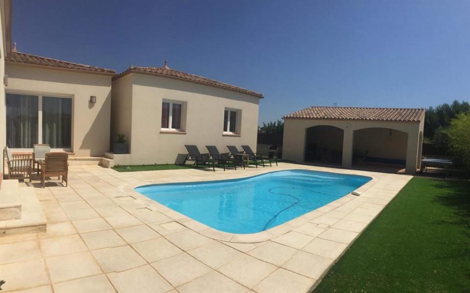 Maison + piscine vue de l'exterieur + terrasse cou