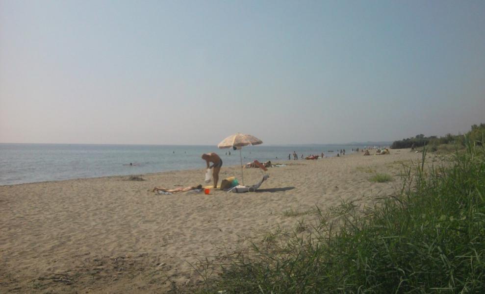 la plage à 100m  jamais trop de monde même au mois août